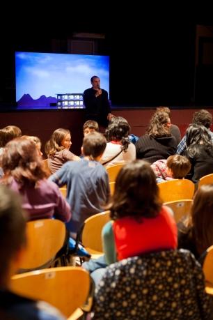 Introducció a l'assaig abert a càrrec de l'artista i formador de circ Javier Barroso