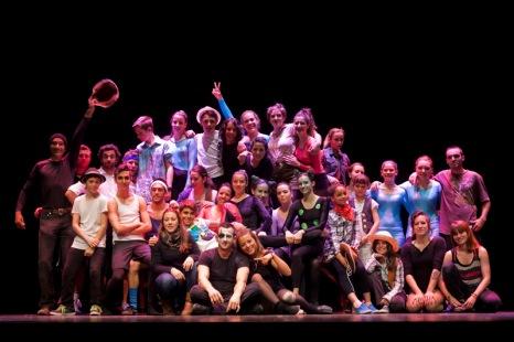 Tots i totes les artistes a l'escenari. Foto de Luís Montero