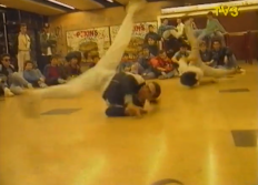 Break Dance al vestíbul de Pla. Universitat